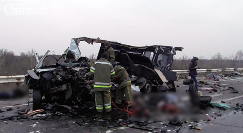 На трассе Киев – Харьков микроавтобус с Луганщины врезался в грузовик. Восемь человек погибли, пострадали дети (фото)
